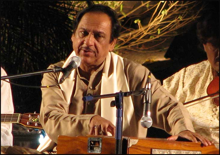 Mahesh Bhatt ropes in Ghulam Ali for 'Milne Do'